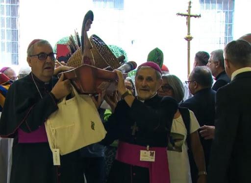 Biskupi wnoszący pogańska boginię Pachamama do bazyliki św. Piotra