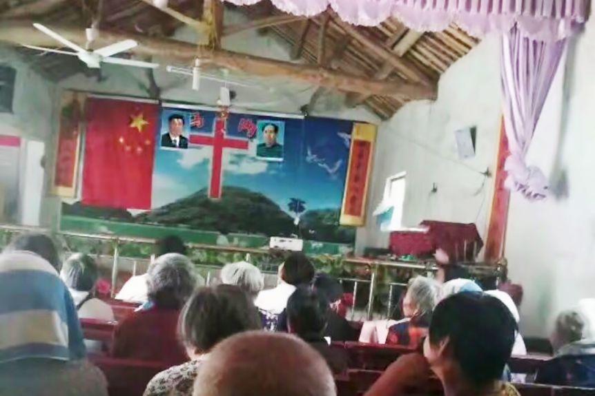 Wnętrze chińskiego kościoła - obok krzyża wizerunek Mao